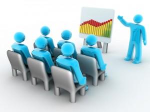 imagen de profesor impartiendo clase a un grupo de personas